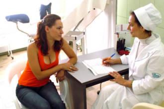 Врач выписывает рецепт пациенту