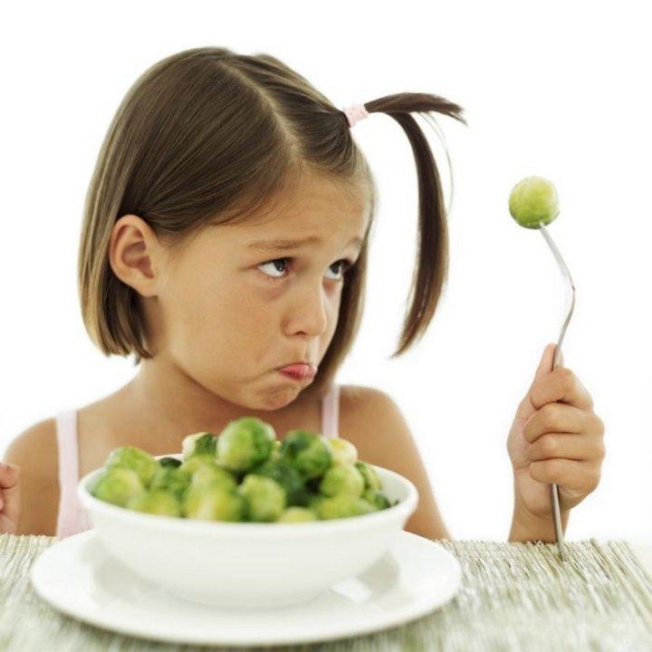 Девочка ест гипоаллергенный продукт